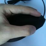 Kciuk dośc wygodnie leży na części przeznaczonej w zamyśle dla małego palca.